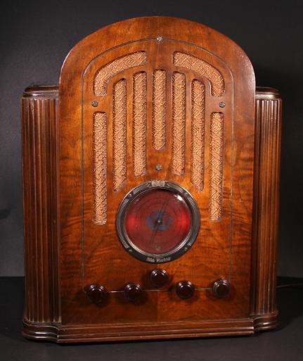 RCA Model 128 Shouldered Tombstone Radio (1934)